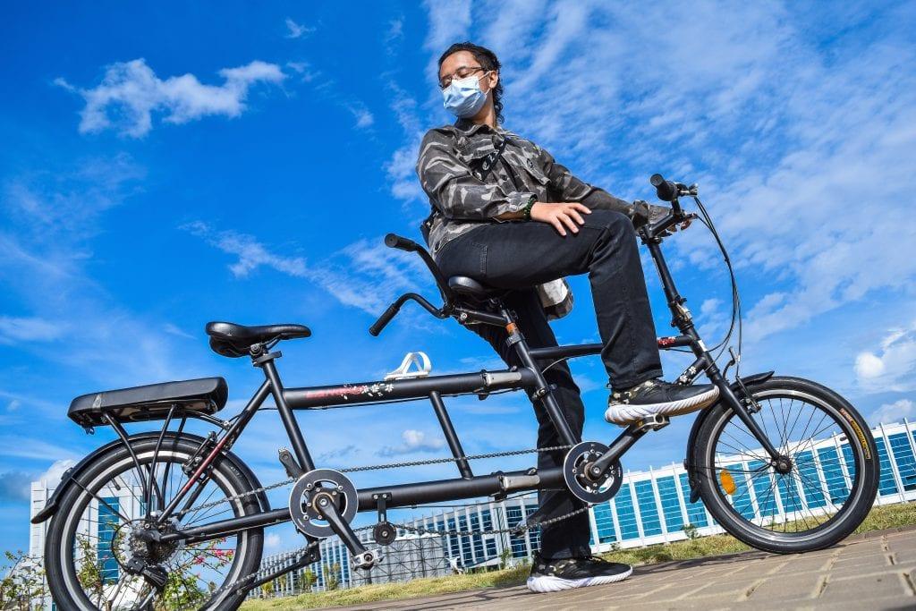 Folding tandem bicycle